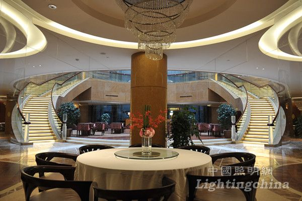 杭州国际会议中心采用钢结构建设,建筑高度85米,主体由13米高椭圆形裙房和直径85米的球体组成,2009年上半年建成投入使用。钱塘涌日出新城,天地合应瑞气升。杭州国际会议中心以金色为主色调,幕墙采用现代材料复合板和金色玻璃相结合,整个建筑金碧辉煌,就像一个金色的太阳,与月亮型的杭州大剧院遥相呼应,寓意日月同辉。杭州国际会议中心以举办大型国际性会议和白金五星级酒店为标准进行功能设计,内容有各种大小会议、宴会、演出、住宿、餐饮、娱乐、休闲等多种功能。其建筑分为地下室、裙房、球形主体三大部分。国际会议